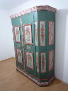 Schrank in restauriertem Zustand - Seitenansicht